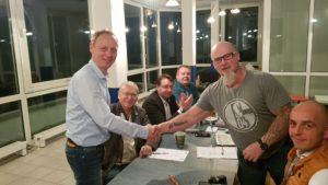 Steffen Reisbach gratuliert Mario Rudolf zur Wahl.